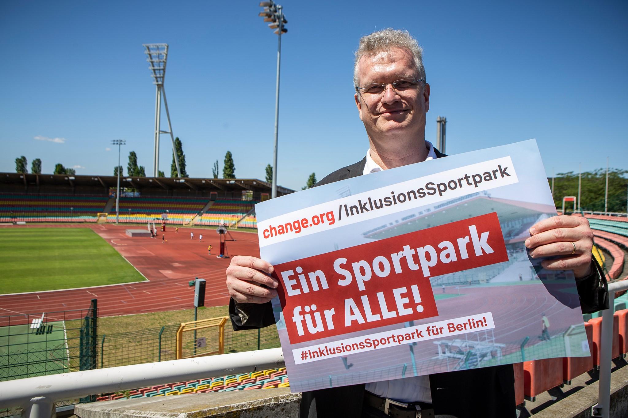 Stefan Schenk mit Petitionsplakat