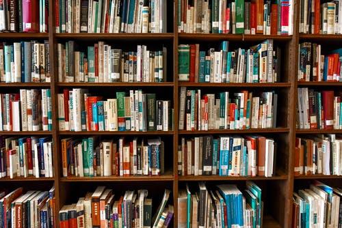 många böcker