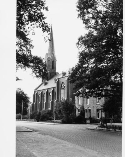De kerk van Vasse aan de Denekamperweg. Nog met 'n kerk'n boom (mooie beuk) die op het kerkplein stond. Foto uit 1983. Rijksdienst voor het Cultureel Erfgoed. Fotograaf: Y. Attema,