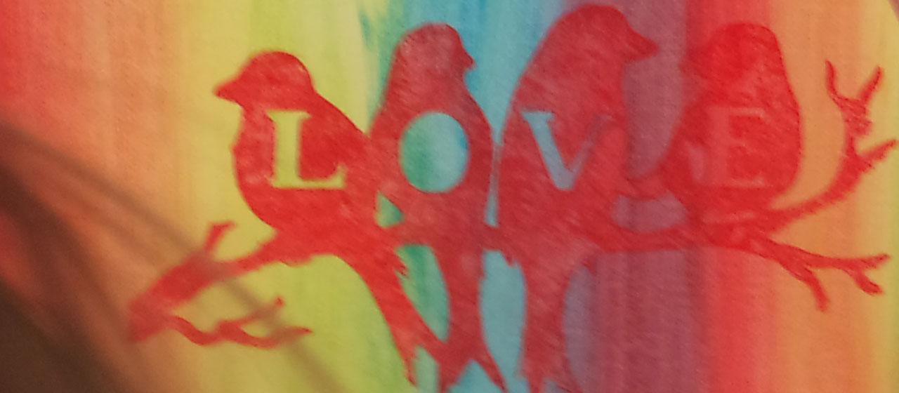 Kids airbrushen een schilderijtje.