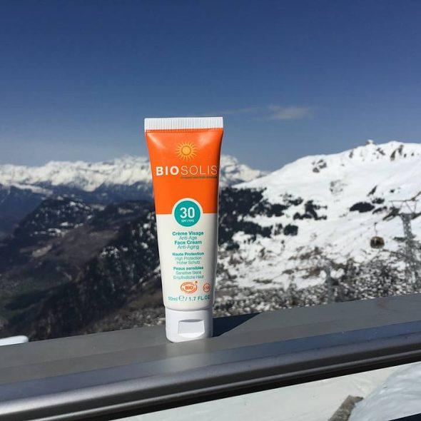Anti-aging SPF tube med utsikt over solfylte of snødekkete fjell