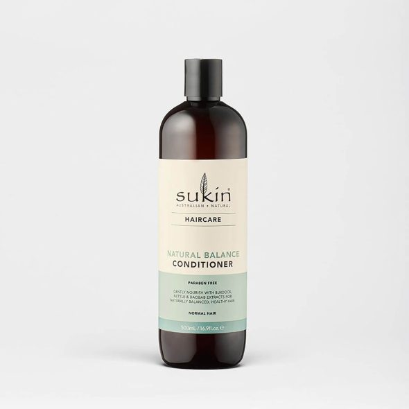 Viser balsam flaske med Natural Balance Conditioner fra Sukin