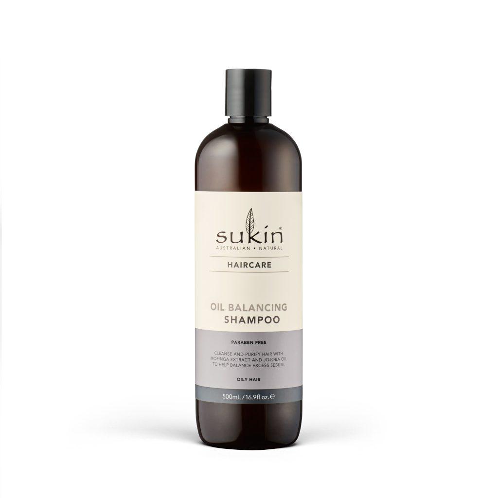 Viser shampoo flaske med Oil Balancing Shampoo fra Sukin