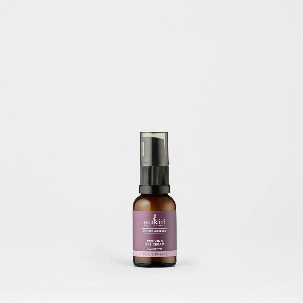 Viser praktisk pumpeflaske med Reviving Eye Cream fra Sukin