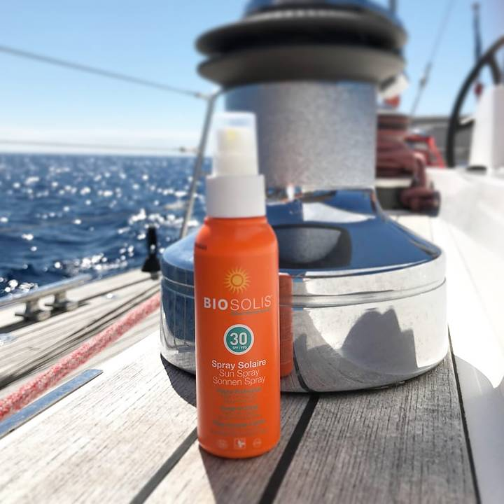 Sprayflaske står på dekket til en seilbåt