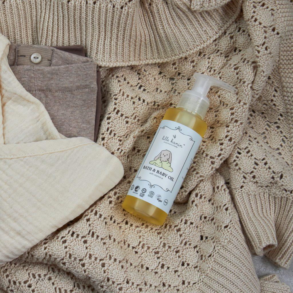 Viser praktisk pumpeflaske med Bad & Baby Olje fra Lille Kanin