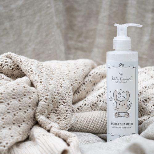 Viser praktisk pumpeflaske med Bad & Shampoo fra Lille Kanin