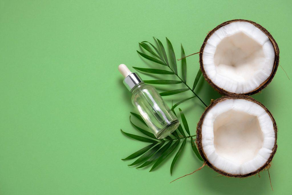 Grønn bakgrunn med kokos og serumflask