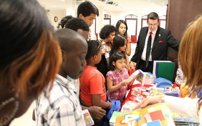 Ivan Arjona Pelado - Donating school material / Entregando material escolar a necesitados