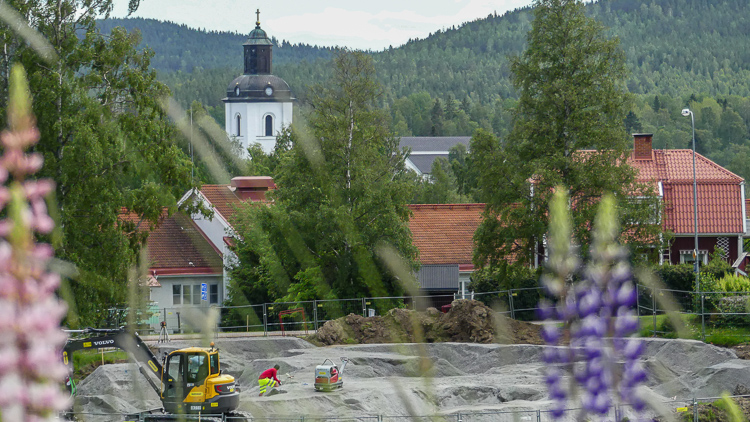 Pumptrack 1 med Järvsö kyrka i bakgrunden
