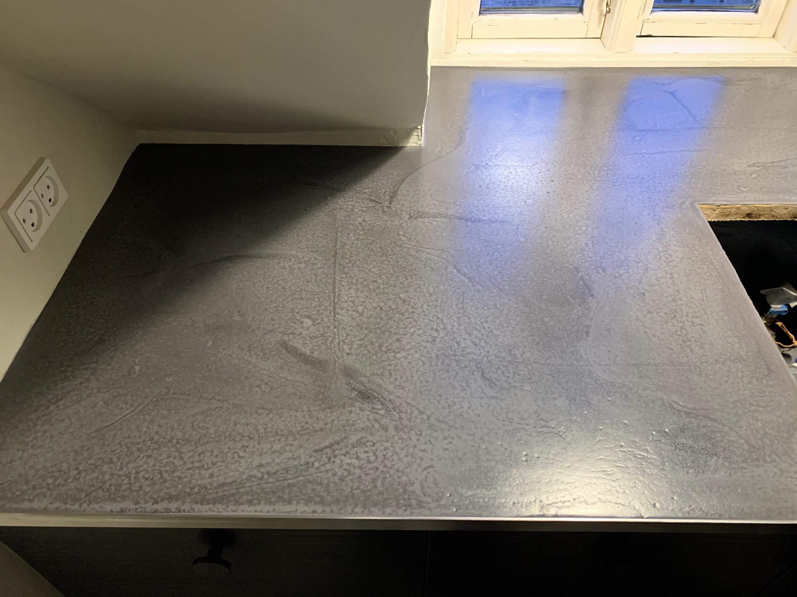 Beton bordplade med rustfri stålprofil