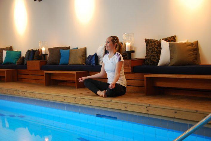 Yoga vid poolen