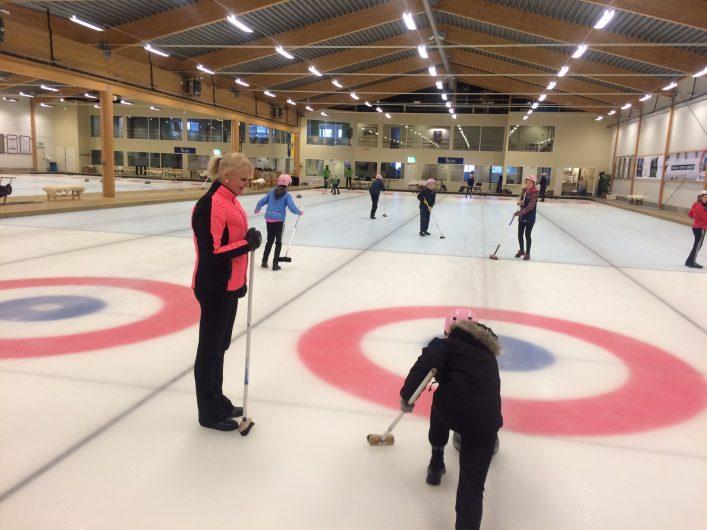 Anette Norberg visar curling