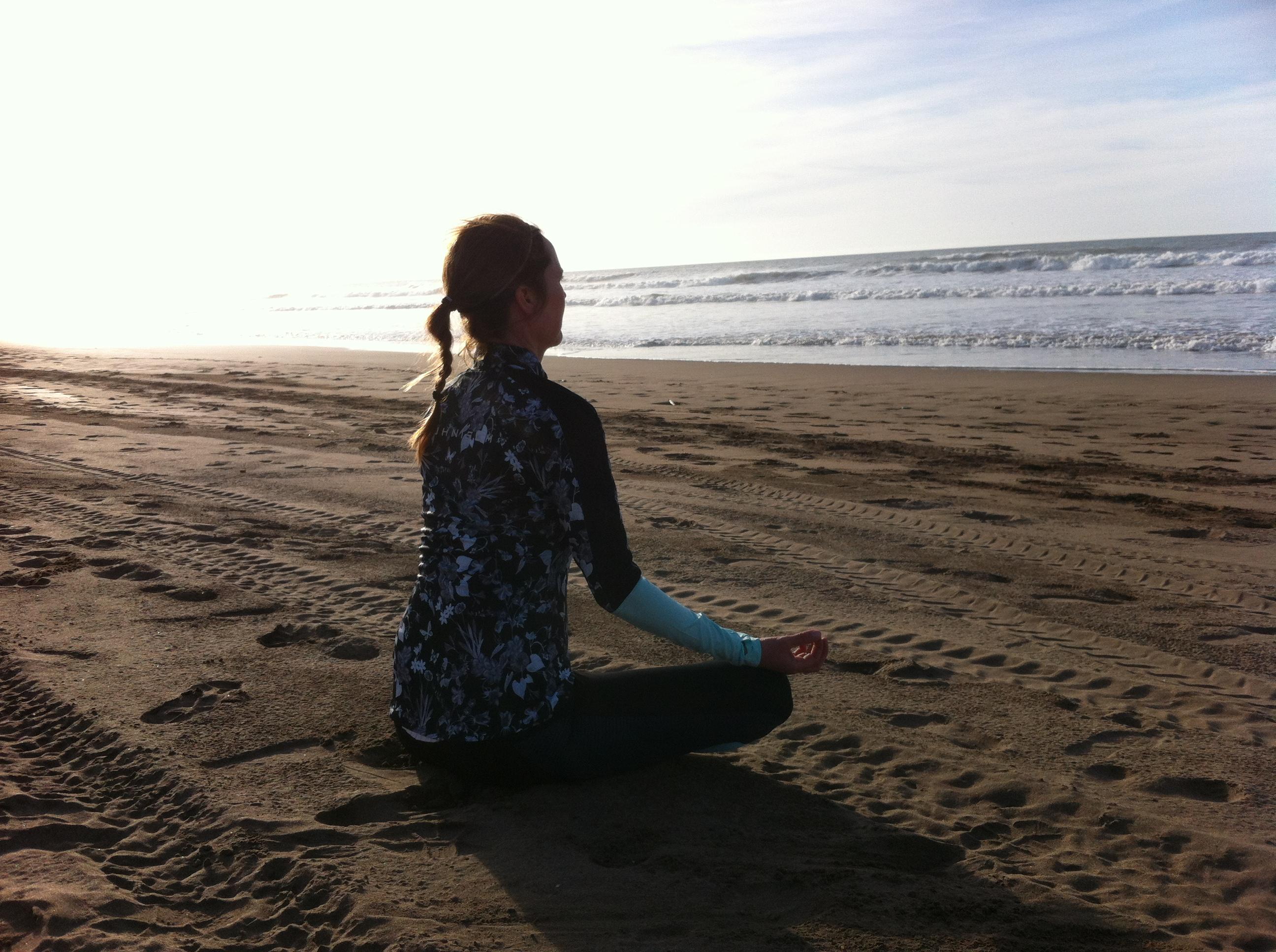 Jenny yogar på stranden
