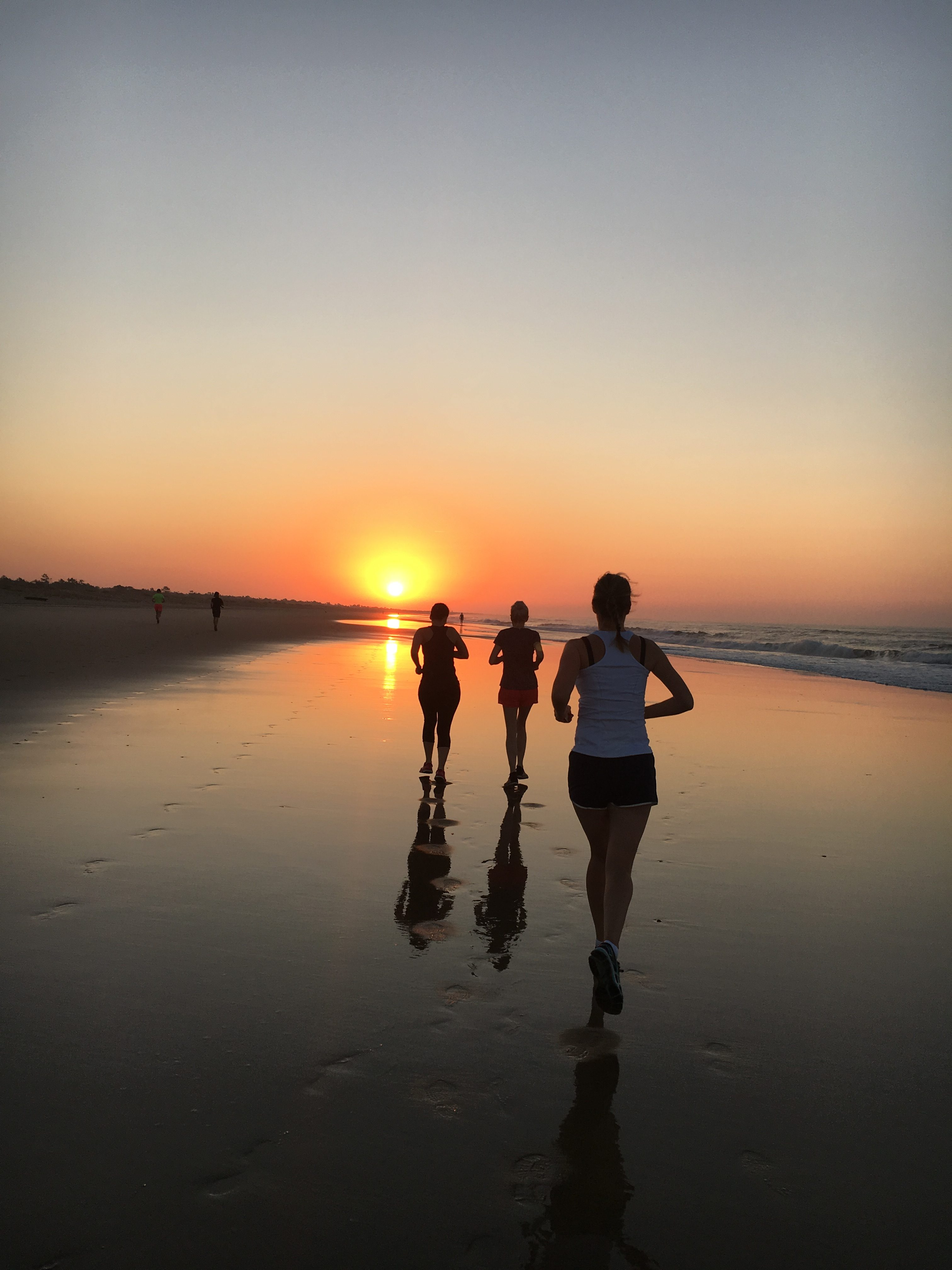 Jenny springer på stranden