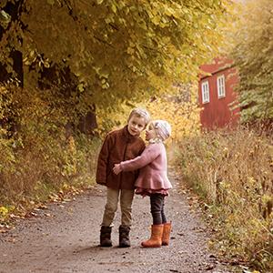 Barnfotografering utomhus på sensommaren i Stockholm