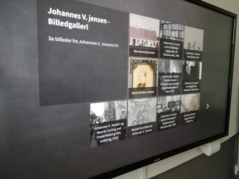 """Se billeder fra Thit og Johannes liv på udstillingens 80"""" touchskærm"""