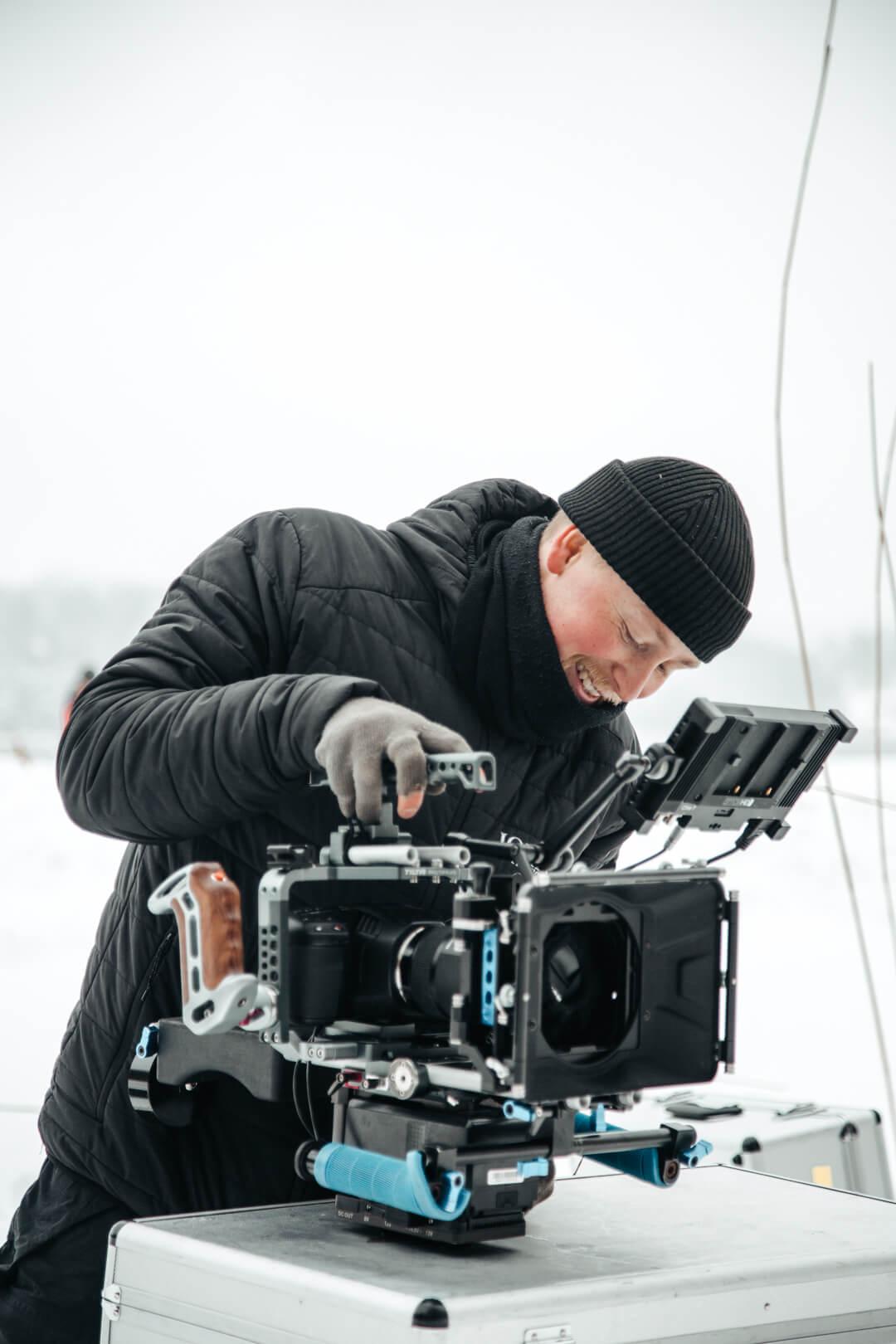 Filip förbereder inför en filmproduktion.