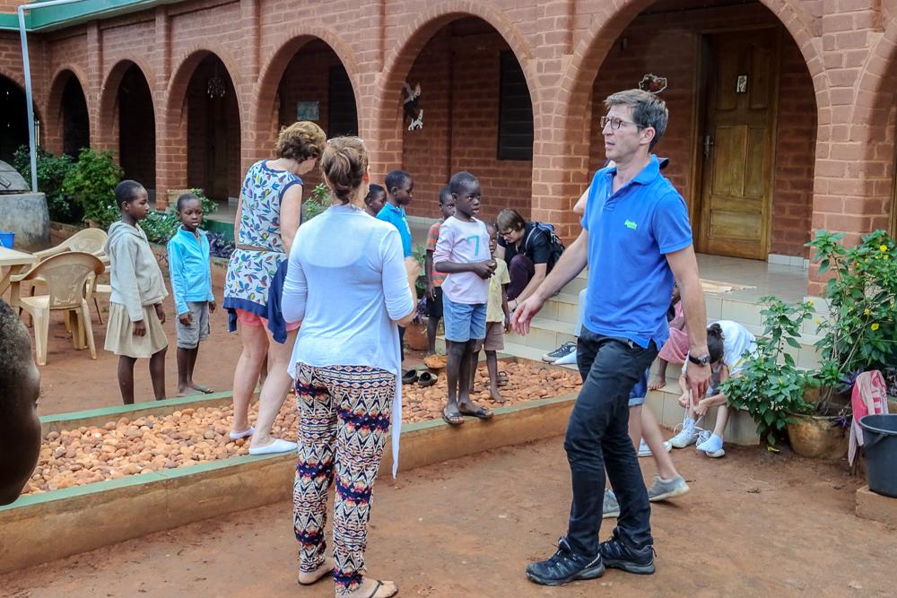Het gezin Van Den Broeck - Schwartz samen met vzw Akouyo op bezoek.
