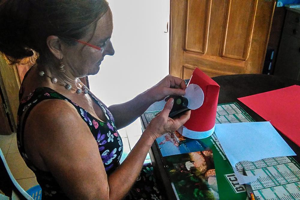 Maman knutselt kerstmutsen voor de kleuters  en de kids Joko Kope.