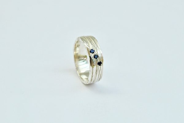 Ring met lijntjes en saffiertjes