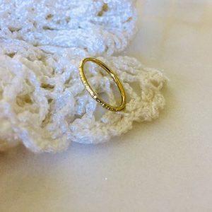 Gehamerde fijne ring in geel goud