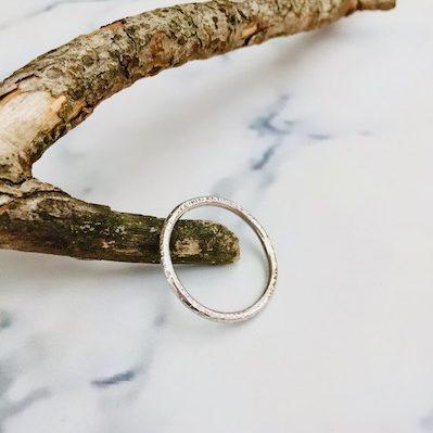 Gehamerde fijne ring in wit goud
