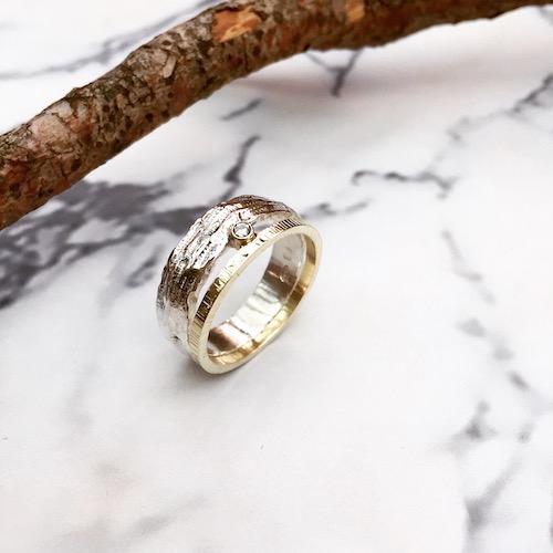 tweekleurige structuurring met diamant
