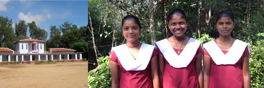 Skolbyggnaden på Jagriti Vihara. Tre skolflickor.