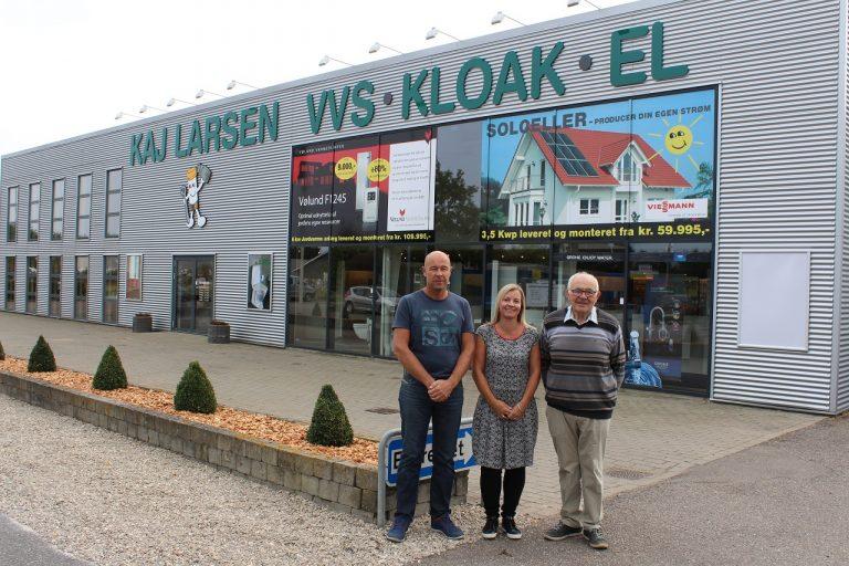 Her ses ejer Jan Larsen, hans kone Pernille Harhoff og grundlægger Kaj Larsen foran butikken og værkstedet på Vangen 6 i Nykøbing.