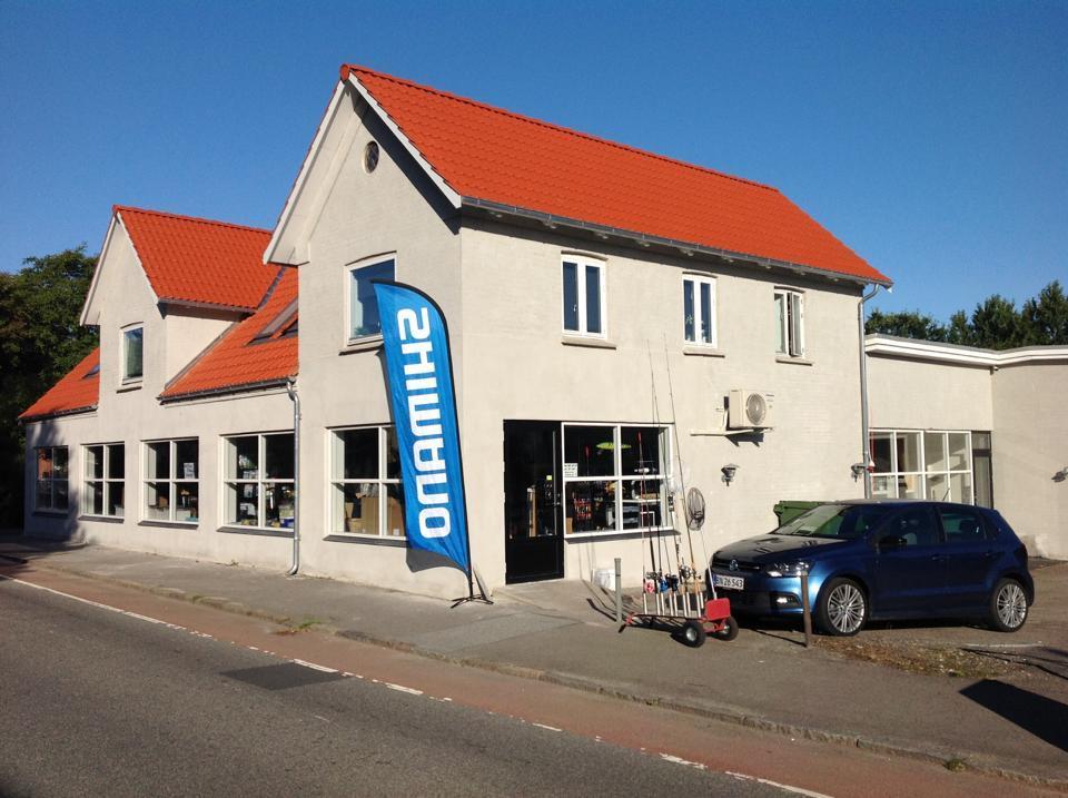 Neptun Fiskegrej er den lokale grejbutik.