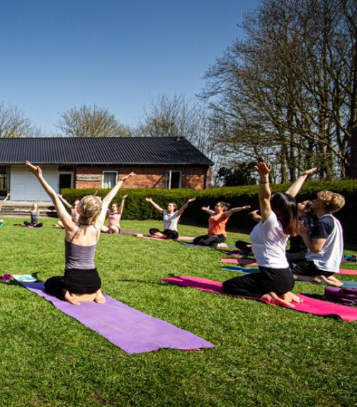 Yoga og mindfulness med Karen Loy - yoga i det fri er for alle