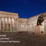 """Der """"Court of Honor"""" in der Legion of Honor, einem Museum in San Francisco. Man sieht die Statue """"der Denker"""" und den Haupteingang des Gebäudes."""