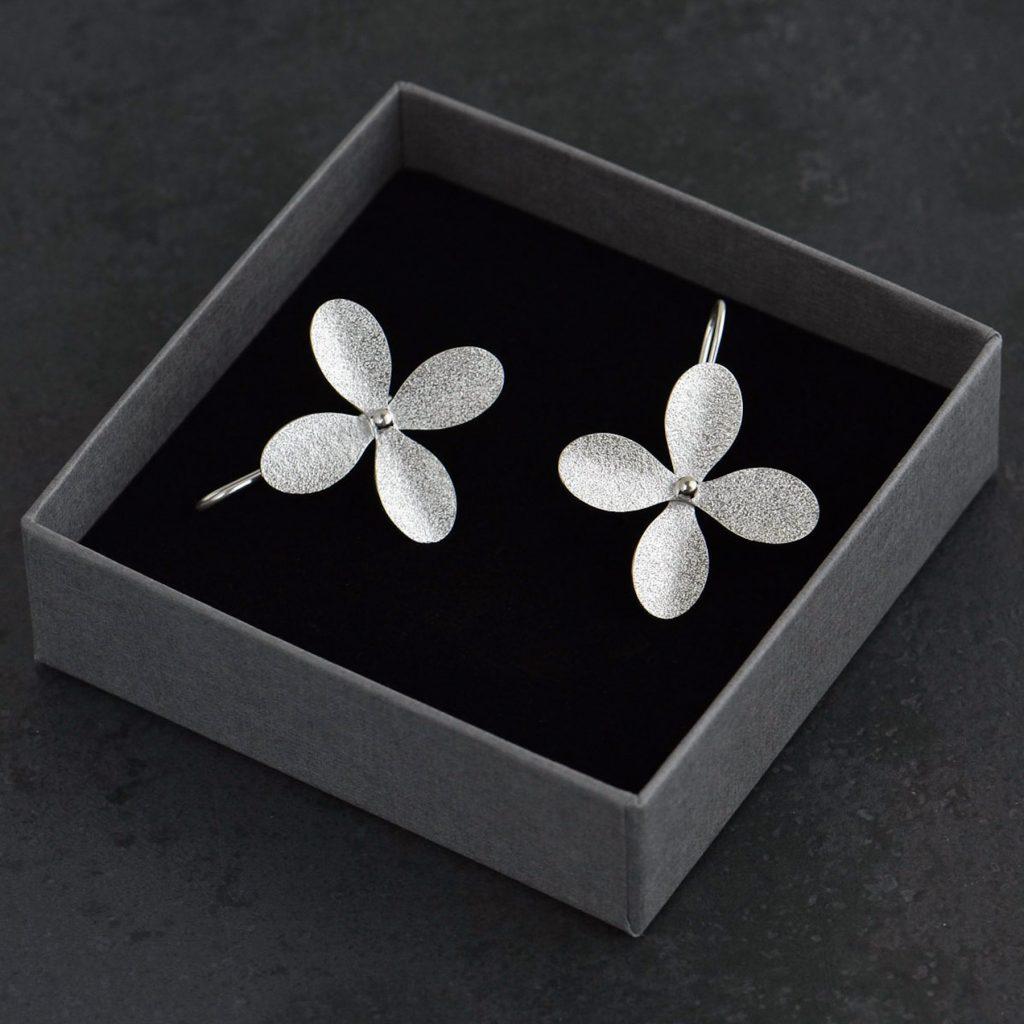 Blomörhängen av silver med fastlödd krok på baksidan.