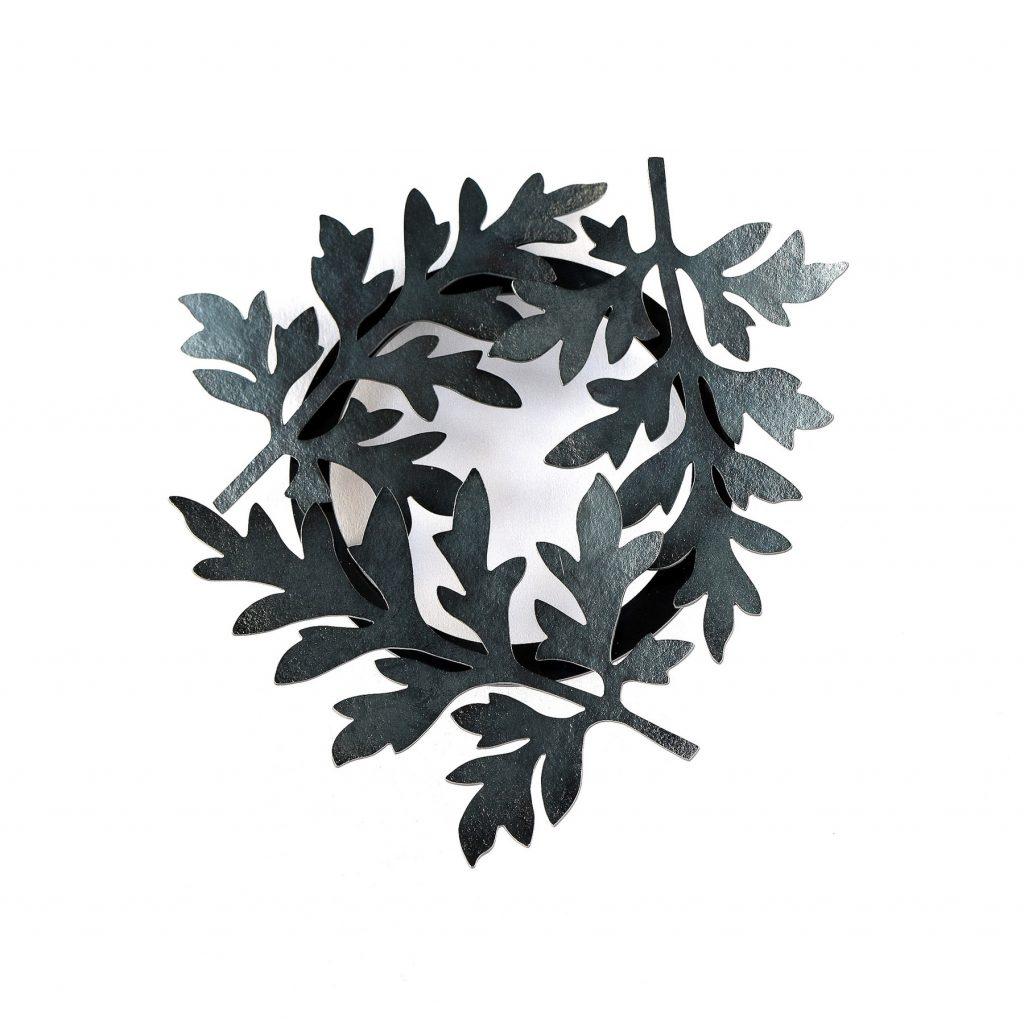 Brosch med tre blad av Malörtsambrosia. Broschen är handgjord av silver som svartoxiderats.