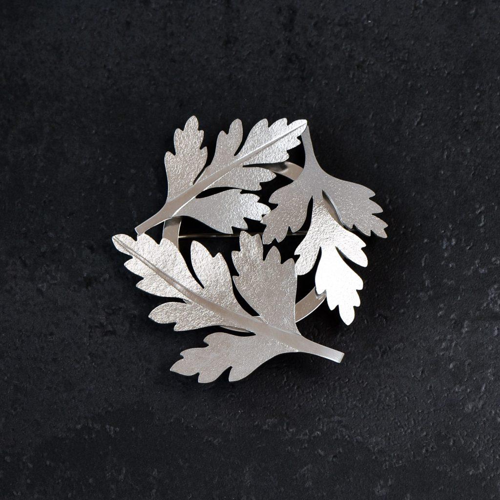 Brosch av silver med tre blad av Stinknäva