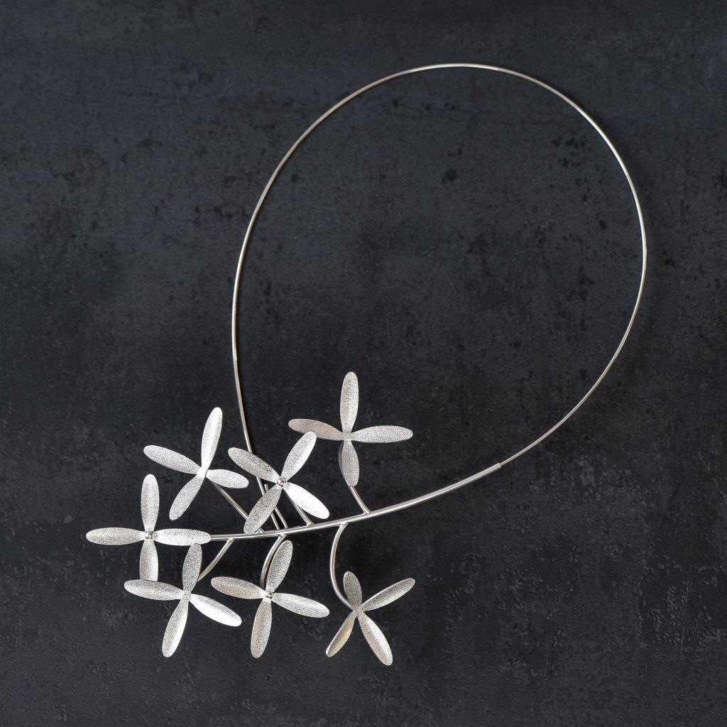 Halssmycke - Clematis Terniflora med sju blommor. Tillverkat av silver.