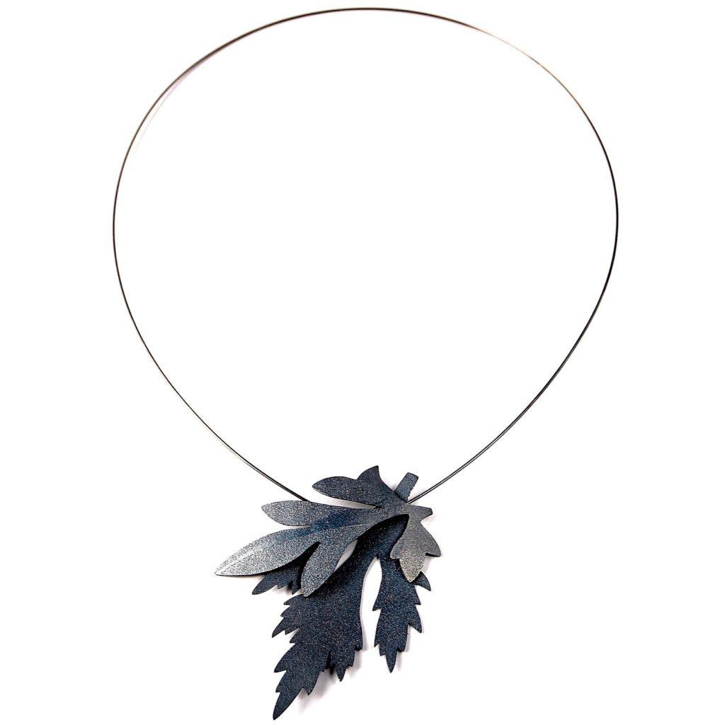 Halssmycke med två ogräsblad på en tunn silvertråd. smycket är tillverkat av silver och har svartoxiderats.
