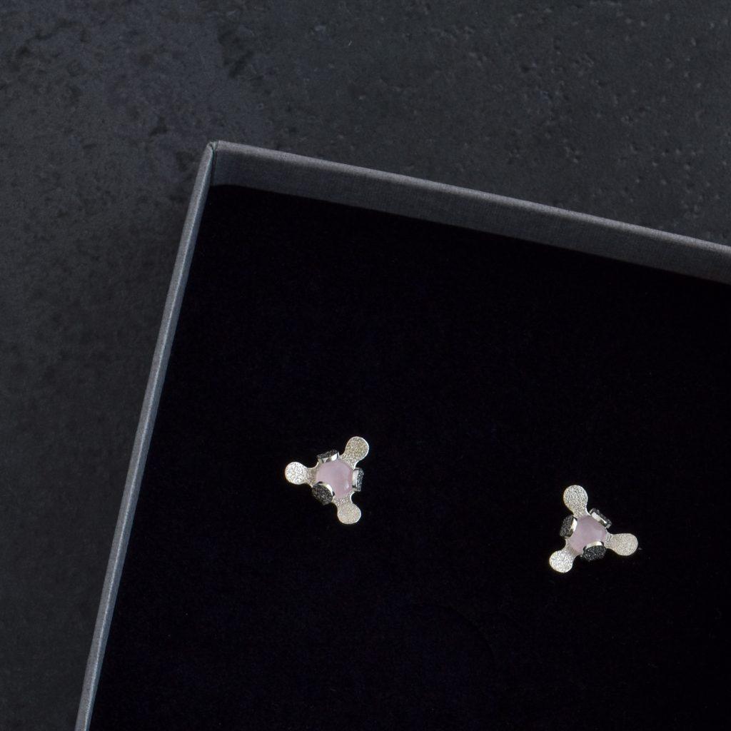 Örhängen av silver. Små knoppar med rosenkvarts i mitten som sitter tätt till örat.