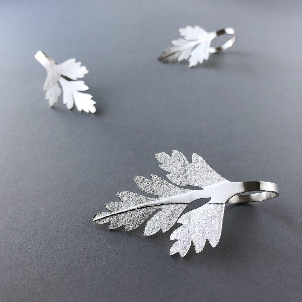 Tre olika ringar med blad av Stinknäva. Tillverkade av silver.
