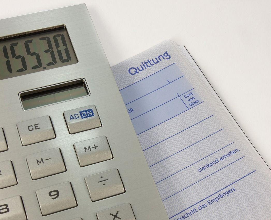 Taschenrechner, daneben ein Quittungsvordruck