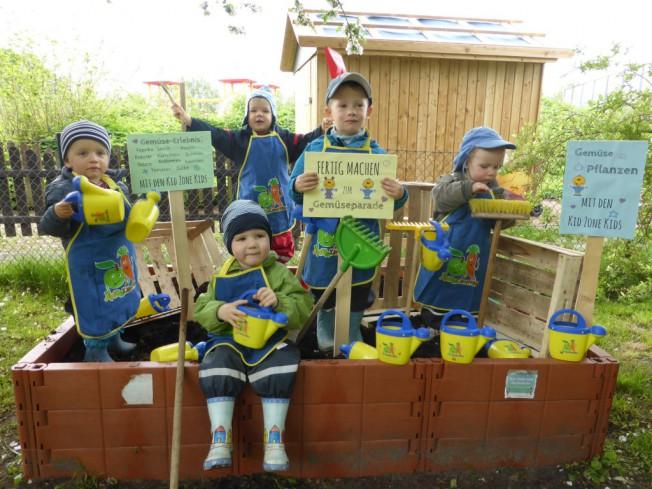 Gartenarbeit 652x489 - Kita Kid Zone Kinderbetreuung für 0-3 Jahre in Jersbek