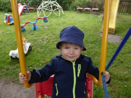 Schaukeln Kid Zone Kinderbetreuung 3 263x197 - Obst- und Erlebnisgarten