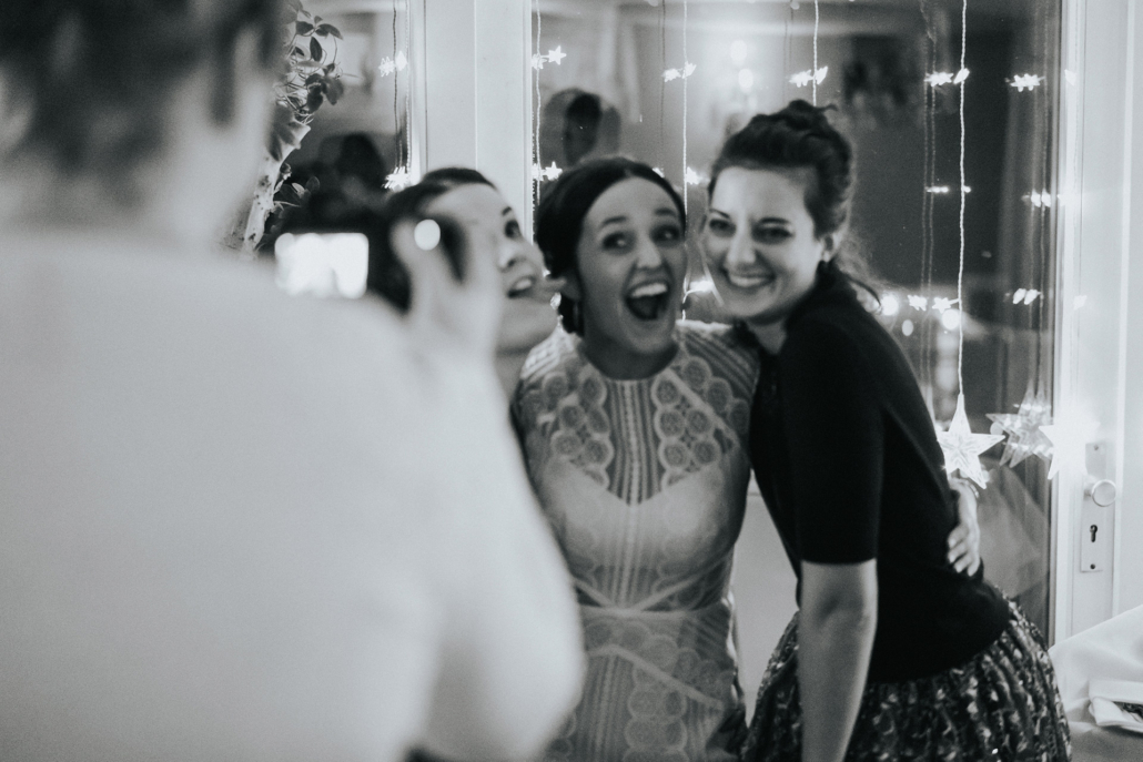 Braut & Freundinnen lachen auf Winterhochzeit