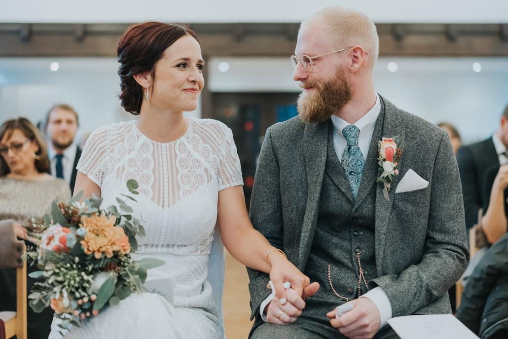 Brautpaar sieht sich an bei der Trauung