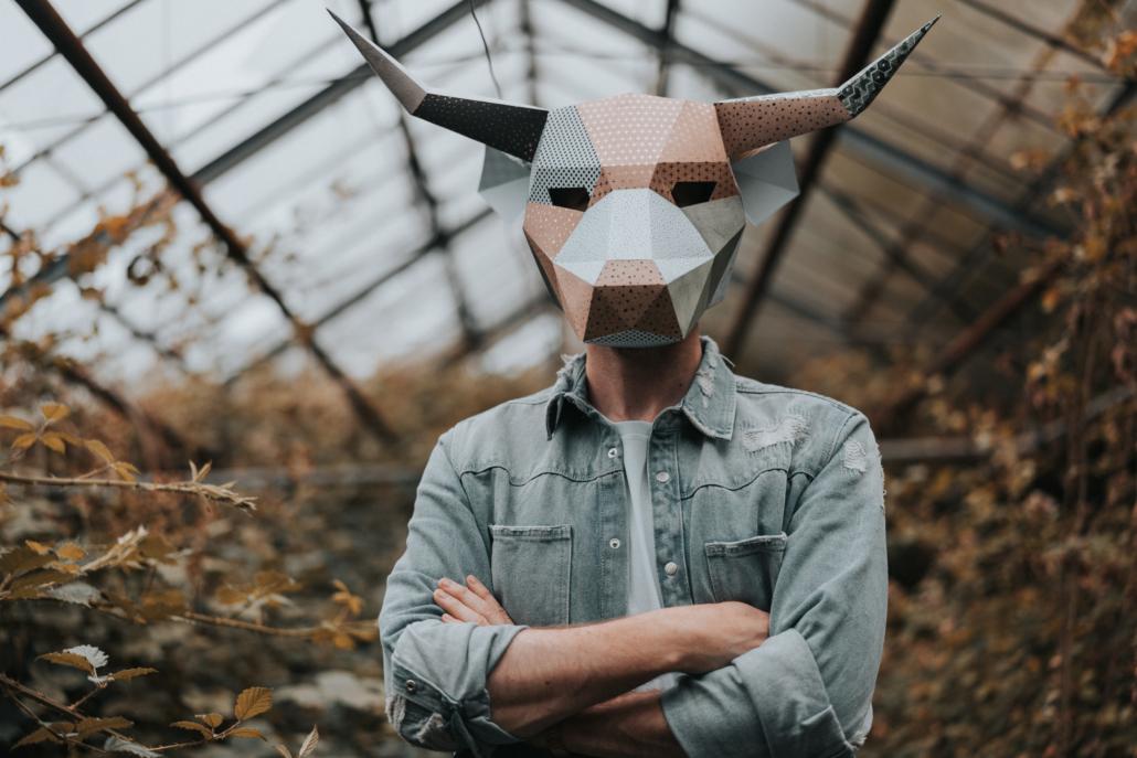 Musiker msxo mit Maske in Köln