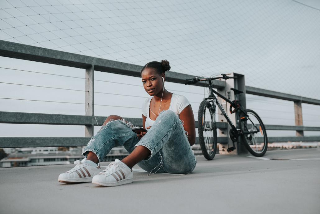 Portrait einer Frau neben Fahrrad