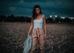 Frau im Feld bei Nacht