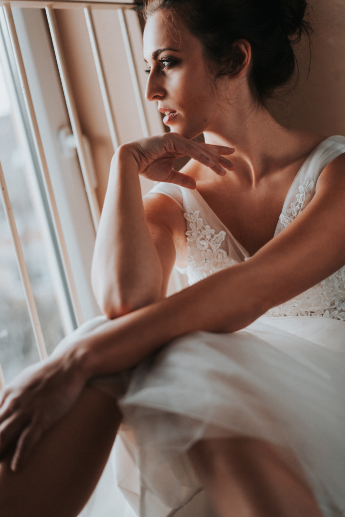 Portrait im Brautkleid vor Fenster