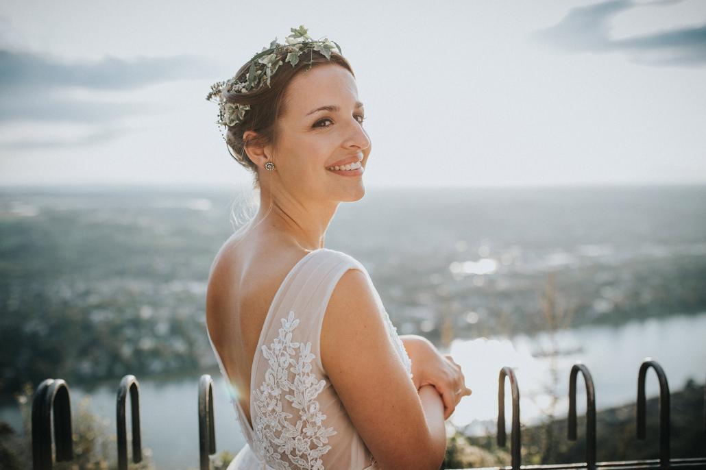 Braut auf dem Drachenfels im Sommer